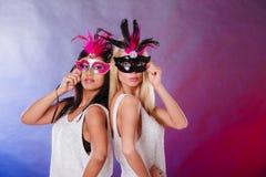 2 женщины с масками масленицы венецианскими Стоковые Фотографии RF