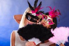 2 женщины с масками масленицы венецианскими Стоковая Фотография