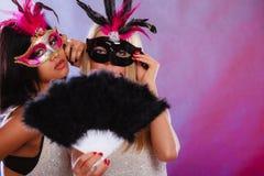 2 женщины с масками масленицы венецианскими Стоковое фото RF