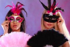 2 женщины с масками масленицы венецианскими Стоковые Фото