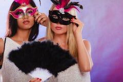 2 женщины с масками масленицы венецианскими Стоковая Фотография RF
