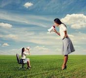 2 женщины с мегафоном на поле Стоковое Фото