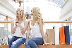 Женщины с мобильным телефоном Стоковое Изображение RF