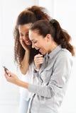 2 женщины с мобильным телефоном Стоковые Фото