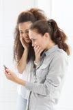 2 женщины с мобильным телефоном Стоковая Фотография