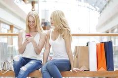 Женщины с мобильным телефоном Стоковая Фотография
