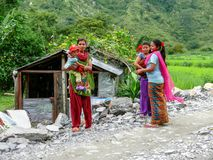 Женщины с младенцами в деревне Tharanche, Непале Стоковая Фотография RF