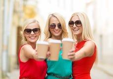 Женщины с на вынос кофейными чашками в городе Стоковые Фотографии RF