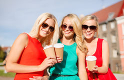 Женщины с на вынос кофейными чашками в городе Стоковое фото RF