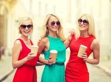 Женщины с на вынос кофейными чашками в городе Стоковые Изображения RF