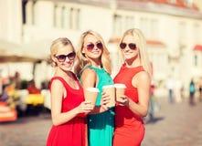 Женщины с на вынос кофейными чашками в городе Стоковое Изображение