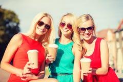 Женщины с на вынос кофейными чашками в городе Стоковые Изображения
