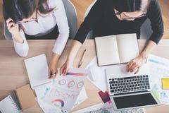 Женщины с обработкой документов и пустой компьтер-книжкой Стоковое Изображение
