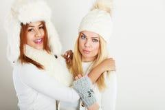2 женщины с одеждами зимы Стоковое Фото