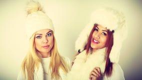 2 женщины с одеждами зимы Стоковое фото RF