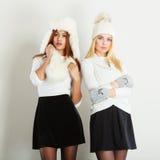 2 женщины с одеждами зимы Стоковые Фото