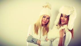 2 женщины с одеждами зимы Стоковая Фотография