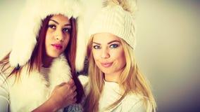 2 женщины с одеждами зимы Стоковые Изображения RF