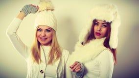 2 женщины с одеждами зимы Стоковая Фотография RF
