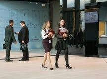 2 женщины с пачками тетрадей Стоковые Изображения RF