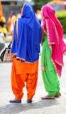 2 женщины с пестротканой одеждой Стоковые Фото