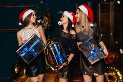 Женщины с подарками рождества в руках Стоковое Изображение RF