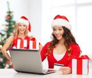 Женщины с подарком, портативным компьютером и кредитной карточкой Стоковое Изображение