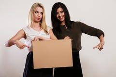 2 женщины с пустой доской Стоковое Фото