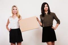 2 женщины с пустой доской Стоковые Изображения RF