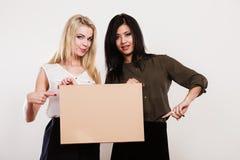 2 женщины с пустой доской Стоковая Фотография