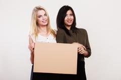 2 женщины с пустой доской Стоковые Фото