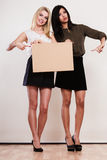 2 женщины с пустой доской Стоковые Фотографии RF