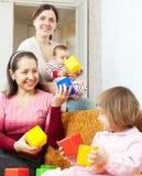 2 женщины с ребёнками Стоковые Фотографии RF