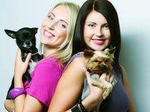 2 женщины с собаками Стоковая Фотография