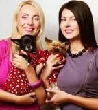 2 женщины с собаками Стоковые Изображения