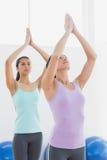 Женщины с соединенными руками в студии фитнеса Стоковая Фотография