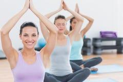 Женщины с соединенными руками на студии фитнеса Стоковое Фото