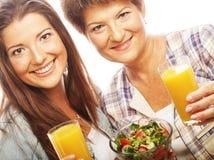 2 женщины с соком и салатом Стоковые Фотографии RF