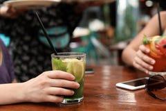 Женщины с стеклами вкусного лимонада на таблице Стоковое Изображение RF