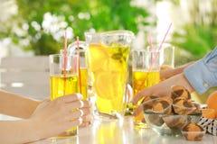 Женщины с стеклами освежая лимонада Стоковые Фотографии RF