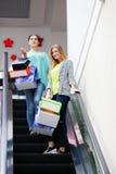 Женщины с сумками на moving лестнице Стоковое Фото