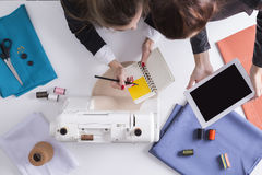 Женщины с таблеткой и тетрадью около начать зашить Стоковые Фотографии RF