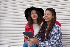 Женщины с таблеткой Стоковое фото RF