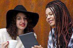 Женщины с таблеткой Стоковая Фотография