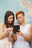 2 женщины с таблеткой Стоковая Фотография