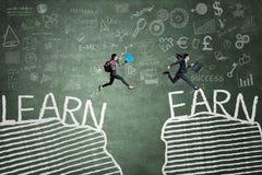 2 женщины с текстом Learn и Earn Стоковое Изображение RF