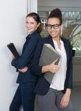 2 женщины с файлами Стоковые Изображения RF