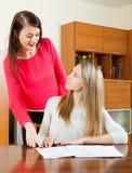 Женщины с финансовыми документами на таблице Стоковые Фотографии RF