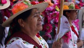 Женщины с флористическими шляпами и традиционным обмундированием Стоковые Изображения
