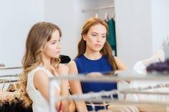 Женщины с хозяйственными сумками на магазине одежды Стоковое Изображение RF